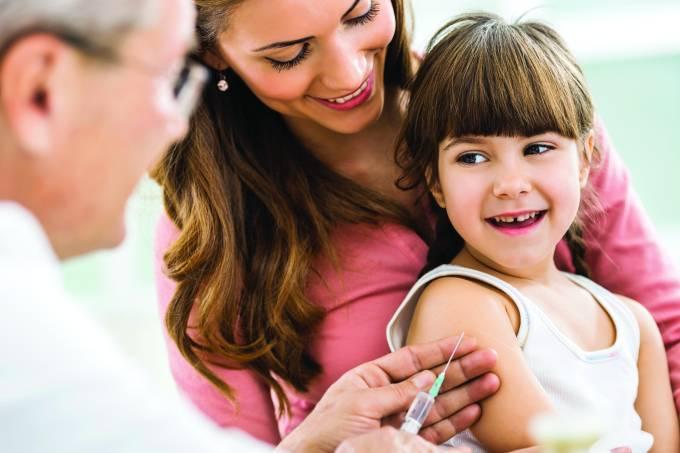 As vacinas que protegem as crianças de doenças como meningite e pneumonia são duas das mais importantes