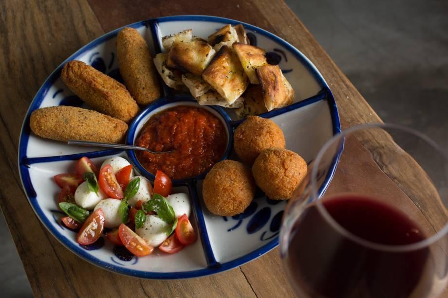 Entrada mista da Leggera: croquete de batata, bolinho de risoto e salada caprese com focaccia