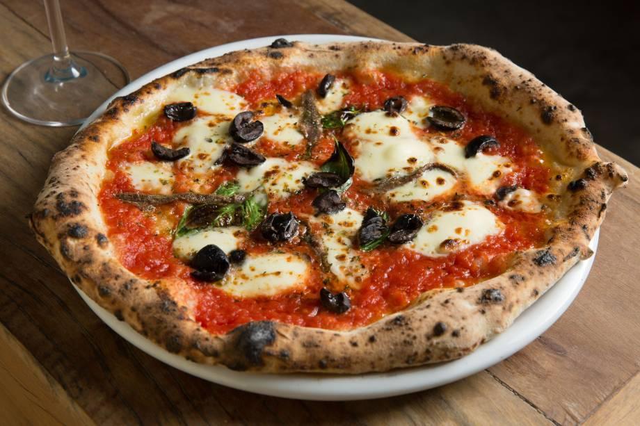 Pizza alla romana: na Leggera, lembra uma margherita com o acréscimo de aliche e azeitona preta