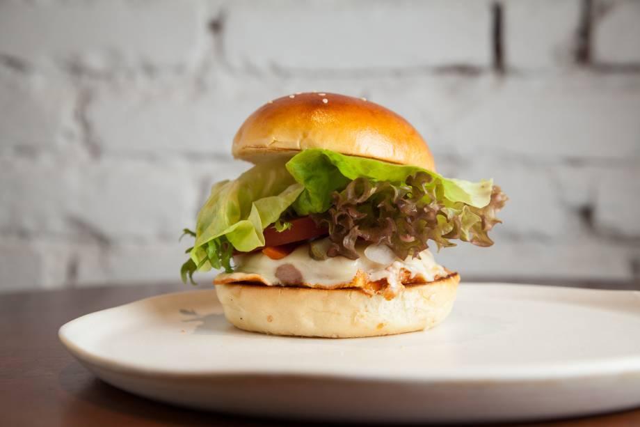 Sanduíche de peito de peru: o embutido passa pela chapa e vai com pão brioche, queijo meia-cura, picles de cenoura, tomate e salada