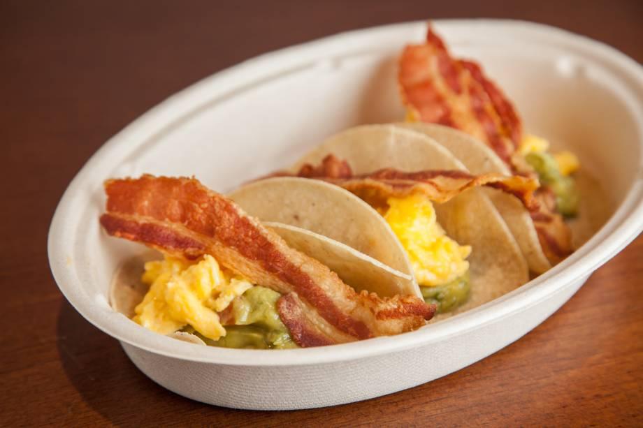 Opção de comidinha: tortilhas de milho recheadas de ovos mexidos, bacon e abacate