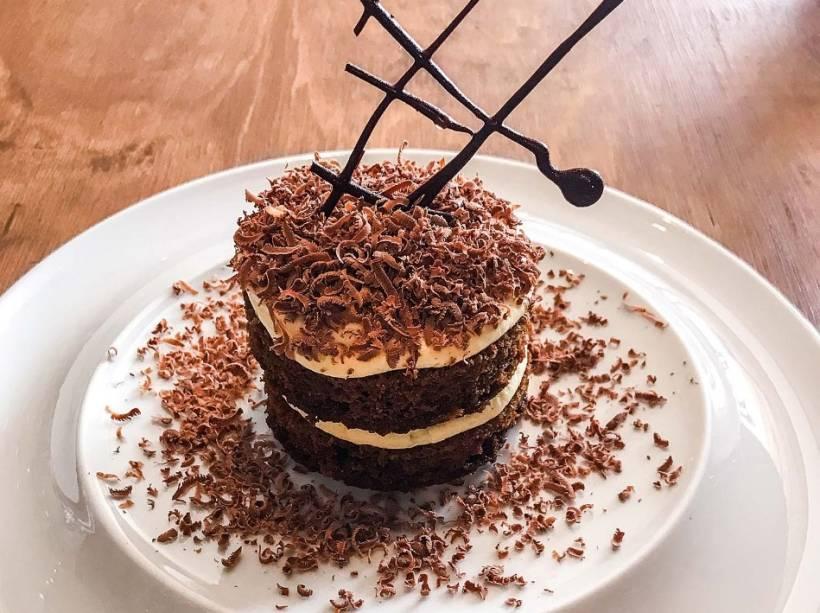 Releitura de tiramisu: bolo de café embebido em calda de café e licor 43, finalizada com creme de mascarpone, baunilha e raspas de chocolate ao leite