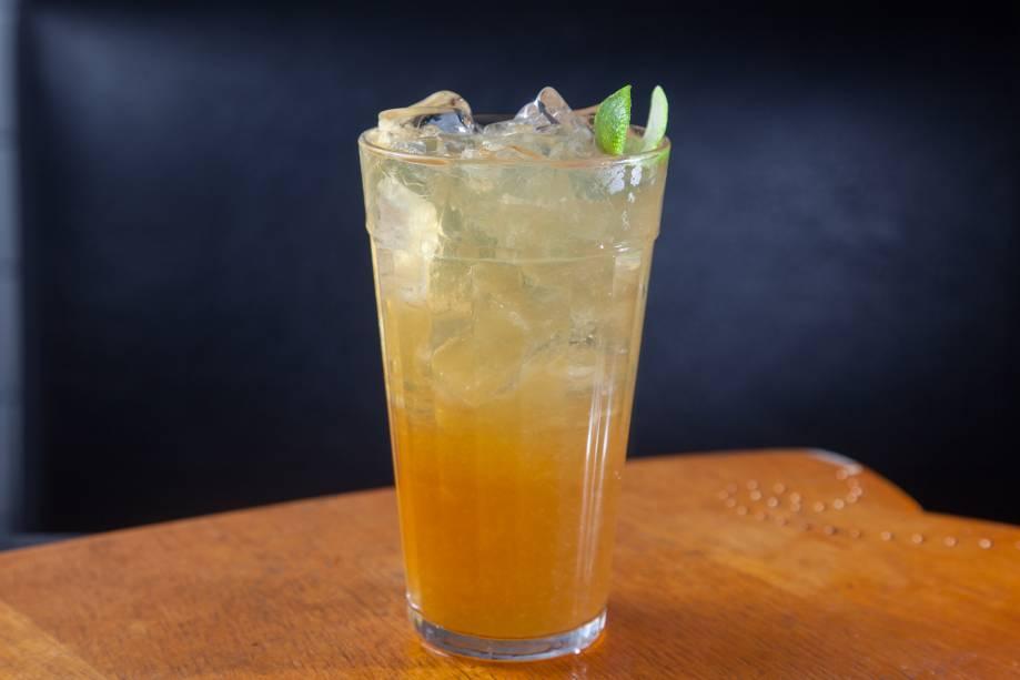 O surfe: drinque de aguardente cataia, limão, mel e gengibre do Estepe