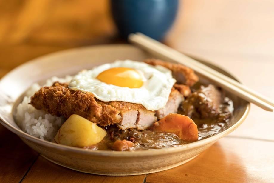 Tonkatsu kare à cavalo: lombo suíno empanado com molho de curry, arroz e ovo frito