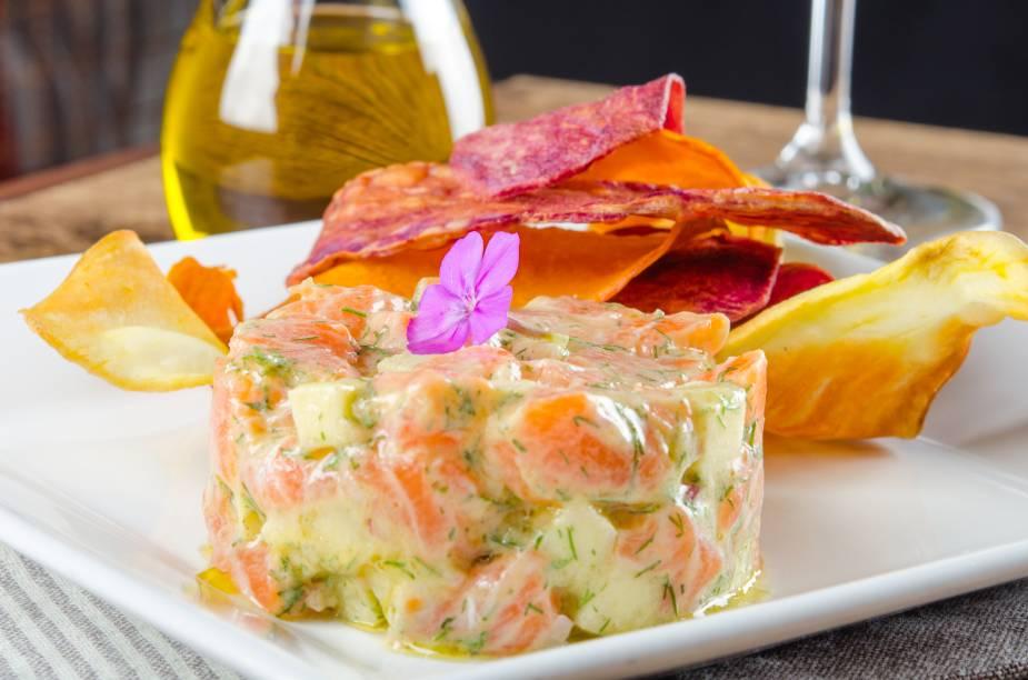 Steak tartare de salmão: combina com uma taça de vinho