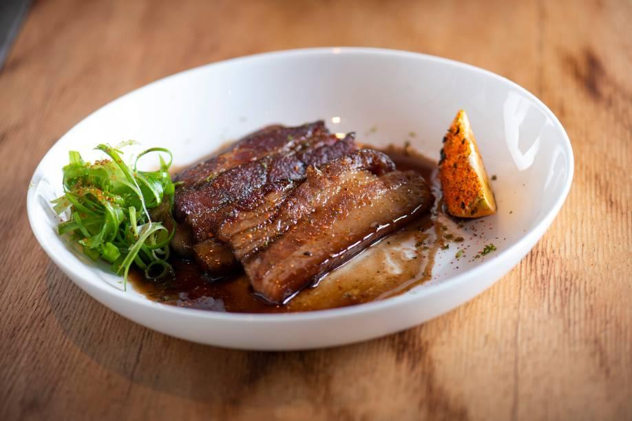 Okinawa bacon: fatias cozidas, grelhadas e carameladas no shoyu