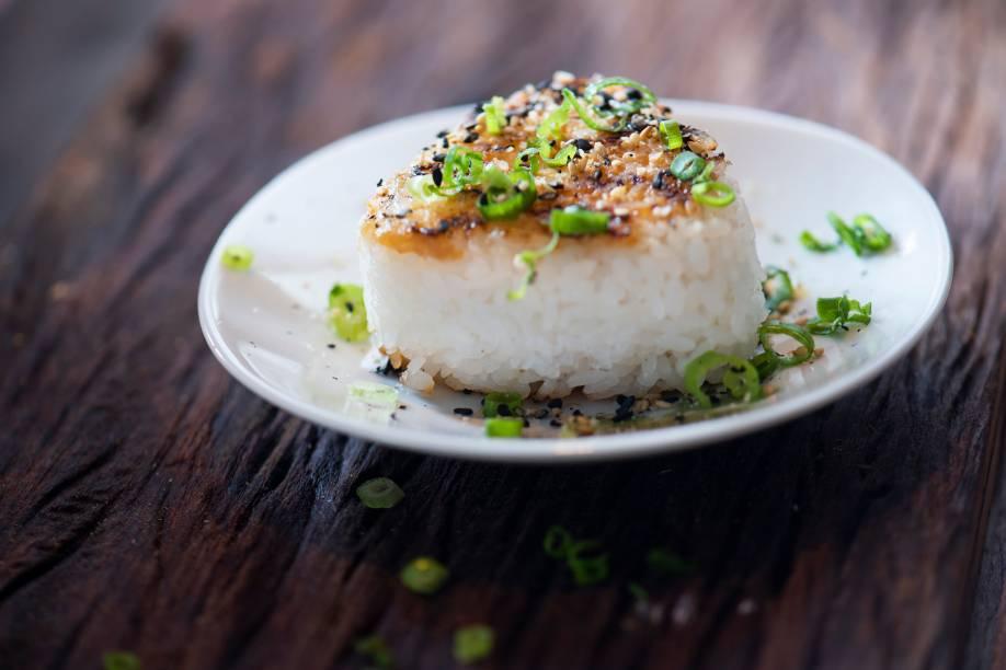 Bolinho de arroz grelhado com manteiga e missô