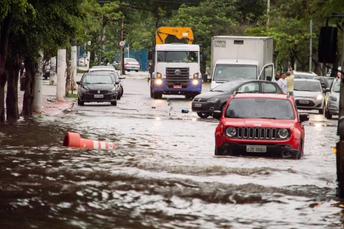 Chuva causa alagamentos em São Paulo