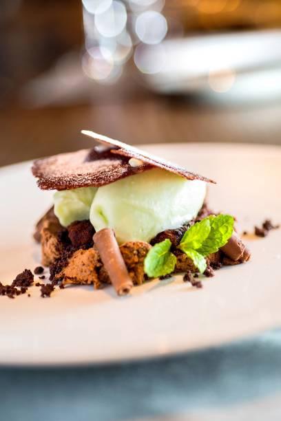Sobremesa no executivo: musse de chocolate amargo com biscoitos crocantes do mesmo chocolate, sorvete de matchá e hortelã