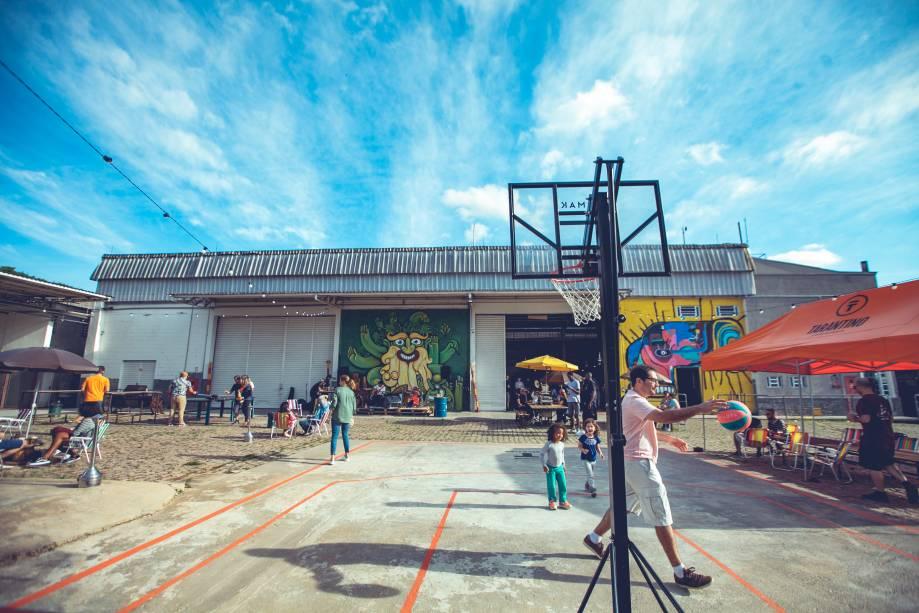 Cerveja e diversão: o ambiente conta com guarda-sóis e uma tabela de basquete