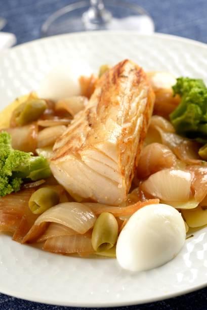 Portobello: posta de bacalhau com batata em rodelas, cebola dourada em pétalas, ovo cozido, azeitona e brócolis