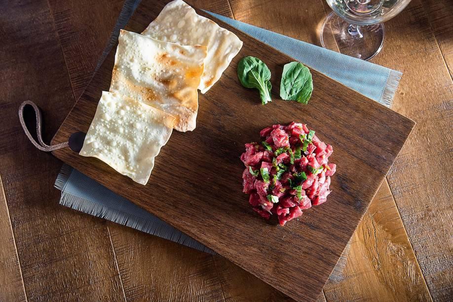 Crudo de filé-mignon: acompanha pepino, mostarda em grãos e tem um toque agridoce