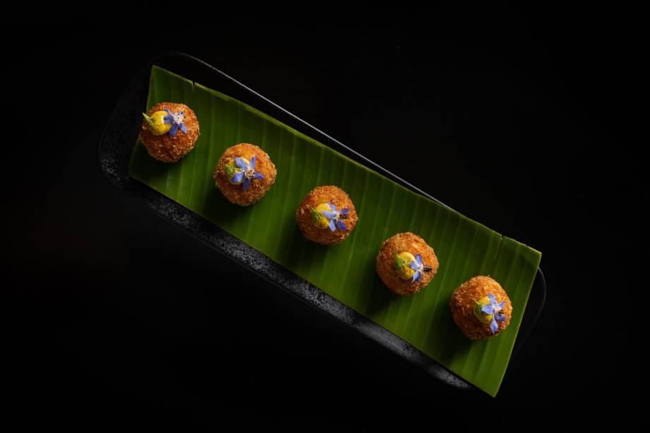 Para compartilhar: bolinhos de couve-flor e pancetta ao aïoli de curry