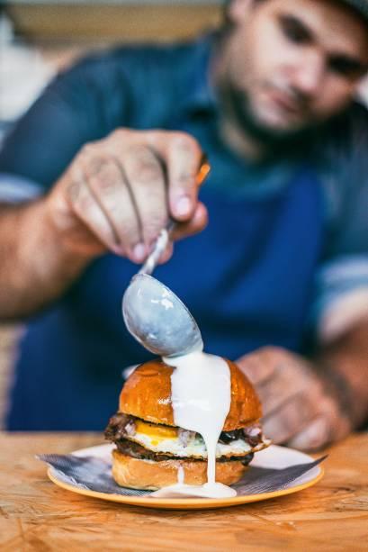 Hambúrguer de Istambul: chamado de islak, leva carne descansada em molho de tomate, ovo frito, bacon bovino, cebola-roxa e, no final, é regado de queijo Tulha