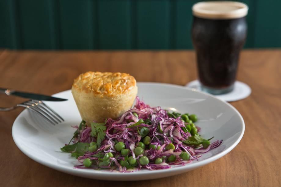 Guinness pie: tortinha que lembra a de empada recheada com picadinho de carne cozida na cerveja preta, acompanhada de salada de repolho-roxo e ervilha