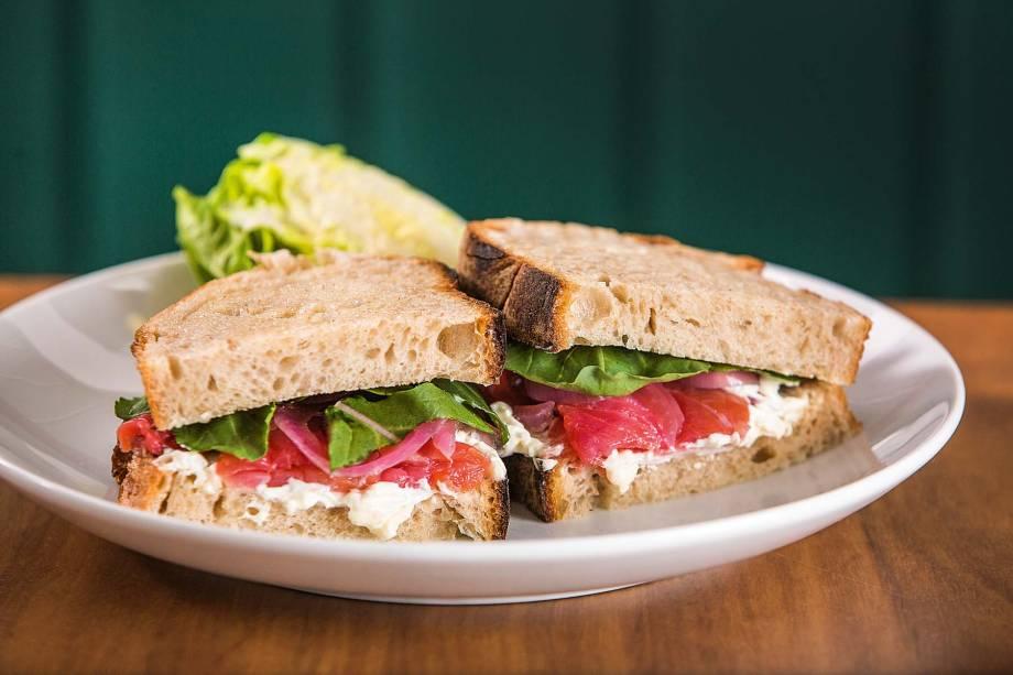 Sanduíche de gravlax de salmão