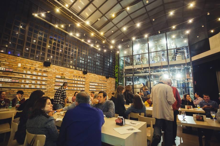 Brewpub: ambiente espaçoso e bem montado, onde os clientes provam o chope da casa
