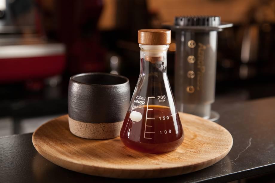 Café coado: vai no vidro de laboratório