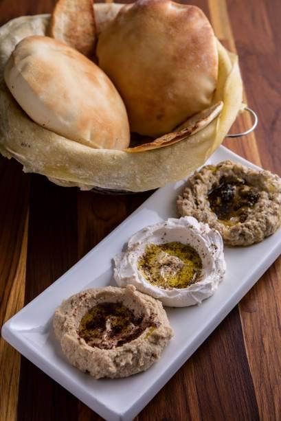 Trio de pastas: homus, coalhada seca e babaganuche, com pão saj à parte