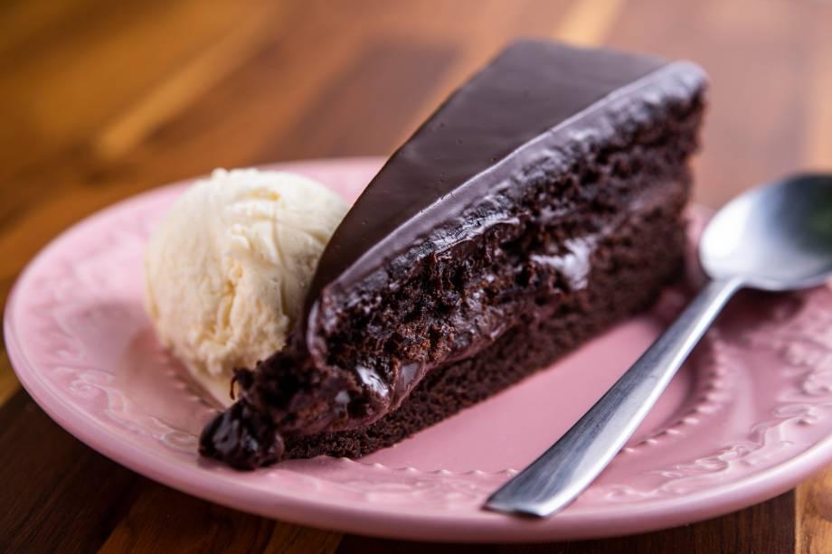 Bolo da teta: com chocolate meio amargo, é composto de camadas de brownie de casquinha crocante, recheio de brigadeiro e cobertura de ganache
