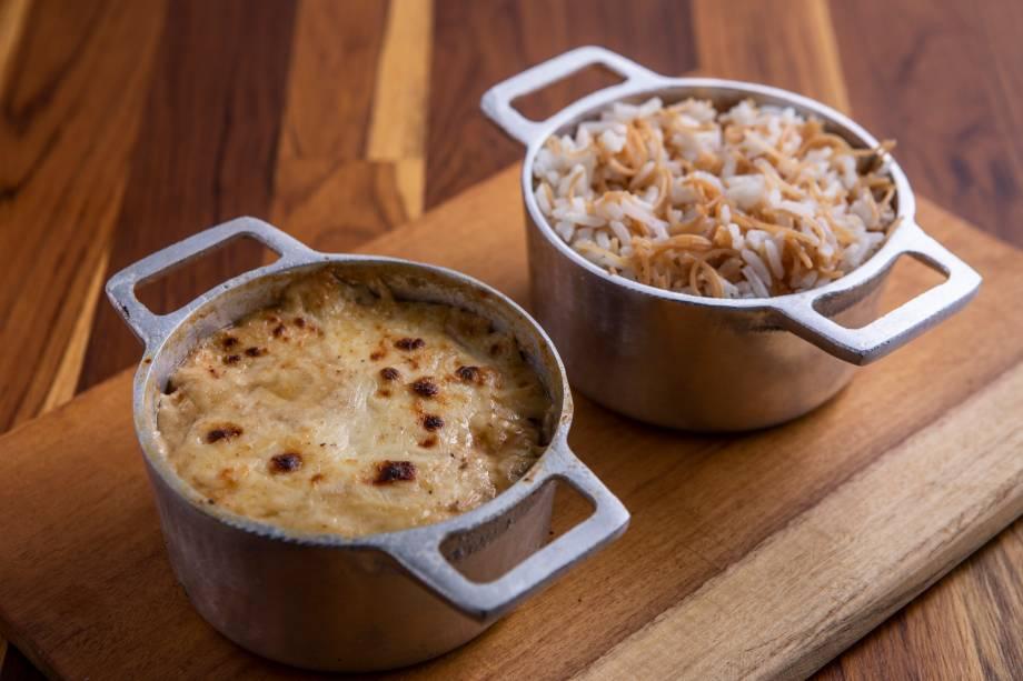 Mussaká: montada na panelinha, leva berinjela grelhada em cubos, tomate e molho bechamel, servida com arroz com macarrão cabelo de anjo