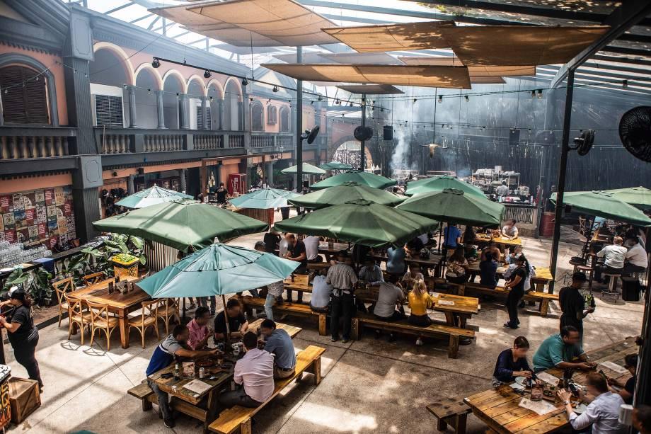 Ambiente: espaço amplo, com grandes mesas e ombrelones para apreciar as carnes no Quintal DeBetti