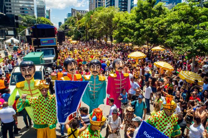 Sargento Pimenta abre o carnaval de São Paulo com grandes bonecões dos Beatles