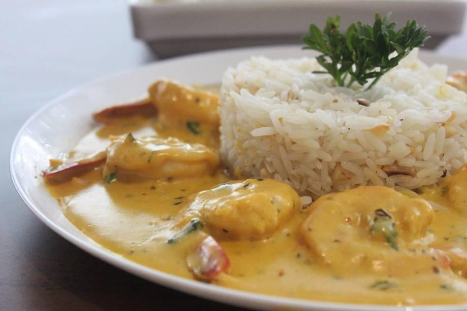 Camarão ao curry: molho ainda leva creme de leite e acompanha arroz de amêndoa
