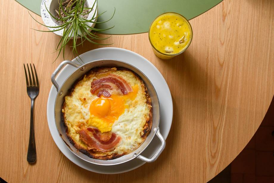 Pão sírio coberto por requeijão, ovo, Tulha e bacon: no forno até ficar crocante
