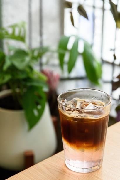 Café gelado: vai com água tônica rosé