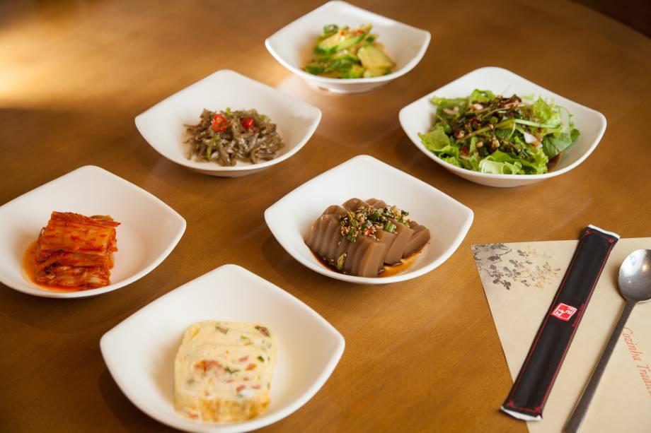 Seleção de petiscos: mudam diariamente e pode conter panquequinha de vegetais, peixinhos secos, gelatina de castanha, abobrinha apimentada e kimchi