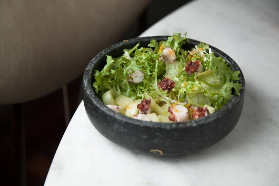 Salada do mar: com polvo, folhas e funcho ao vinagrete de laranja