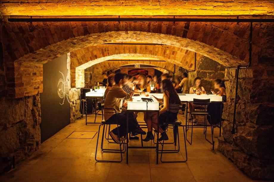 Inspiração n'O Iluminado: balcões reluzentes compõem o ambiente do Bar dos Arcos, instalado no mítico subsolo do Teatro Municipal