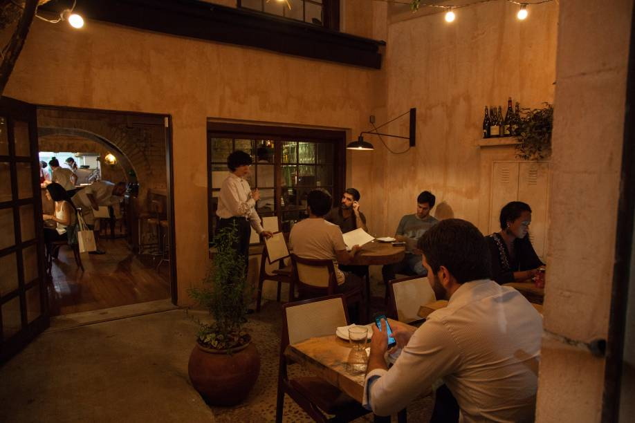 Espaço pequeno e simples: restaurante de Tuca Mezzomo e Nathalia Gonçalves investe na cozinha autoral