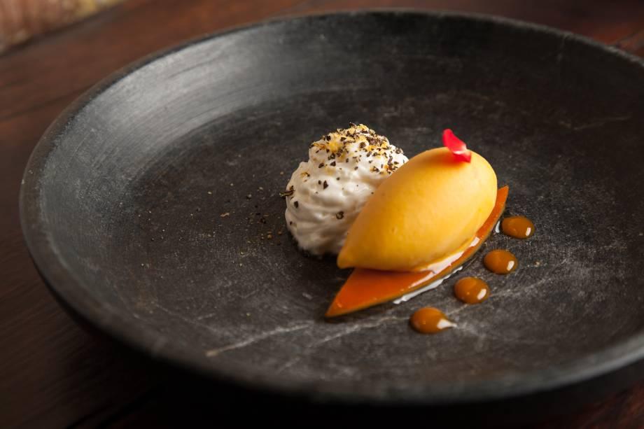 Sobremesa de pegada ácida: sorbet de coquinho butiá sobre casca de laranja confitada com creme de iogurte e caramelo de maracujá