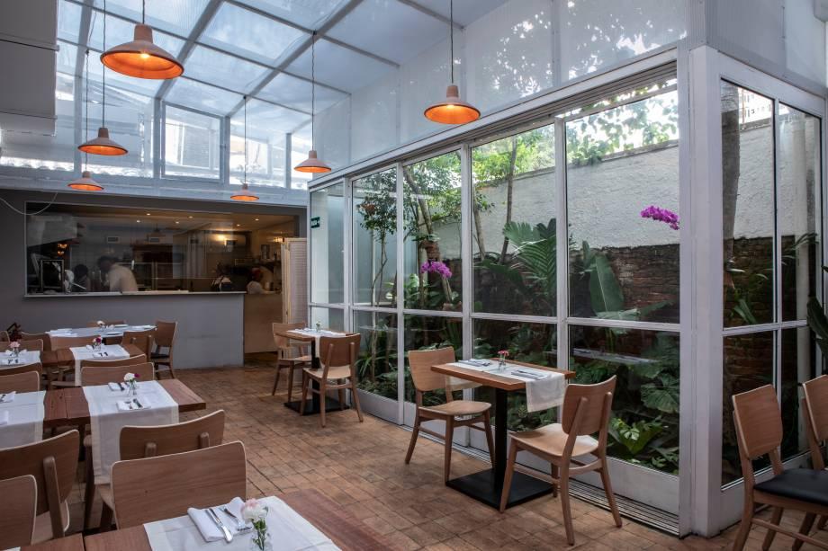 Ambiente iluminado: nova casa de Flavio Miyamura tem pratos de pegada brasileira