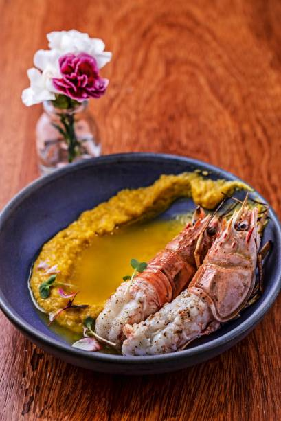 Dupla de lagostins: aparecem apoiados em creme de milho e banhados de tucupi