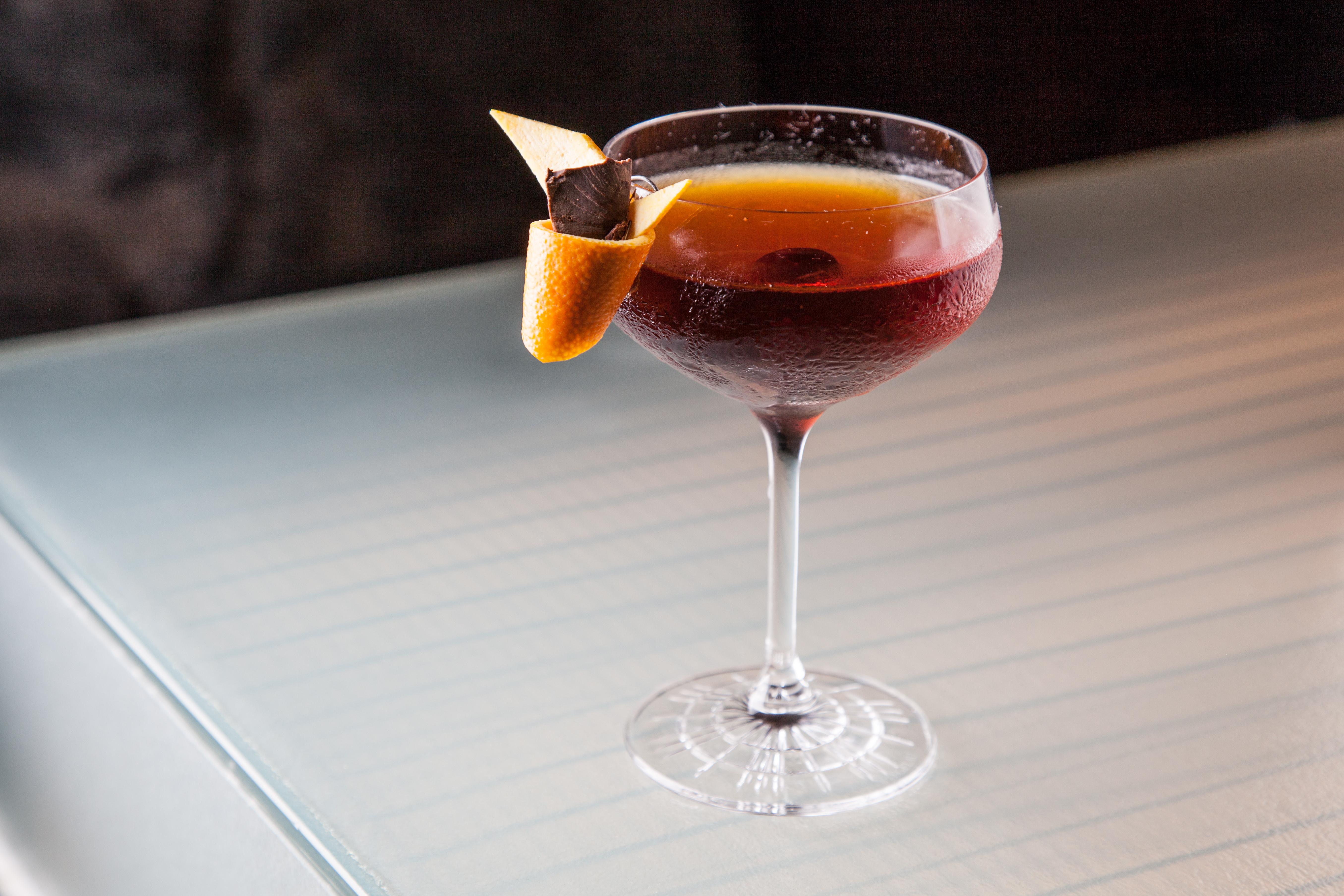 Amadeus: composto de bourbon, vermutes tintos e cereja