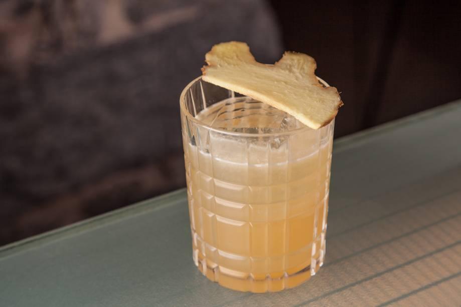 Penicillin: um dos melhores drinques da carta leva uísque, bourbon, limão-taiti, gengibre e mel