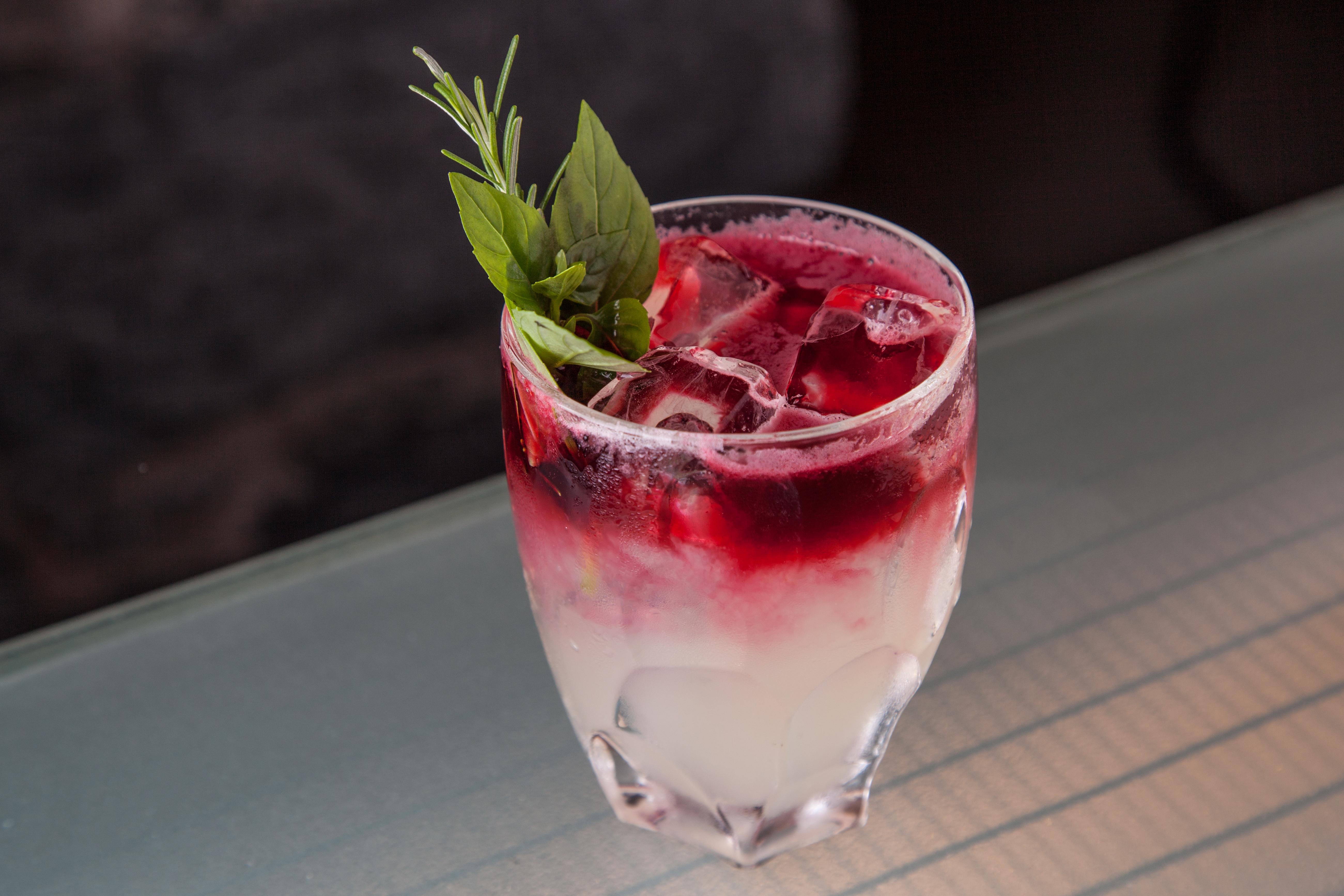 Tosca: drinque autoral da argentina Chula, combina tequila, licor de laranja, gengibre, limão-taiti, soda de hibisco e raspa de laranja