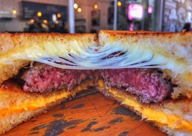 Frank & Charles – hambúrguer no queijo quente
