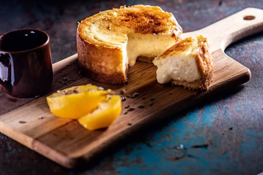 Torta de queijo cremosa e morna no centro