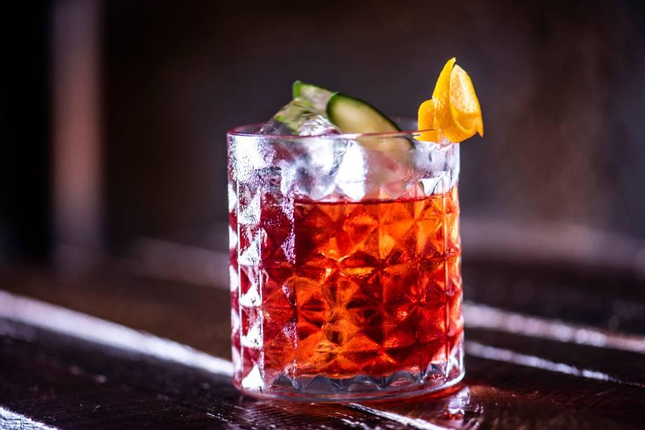Negroni periquita: diferente do drinque clássico, leva gim, Campari e Aperol