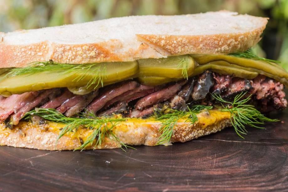 Sanduíche new york: pastrami, picles, dill e molho de mostarda
