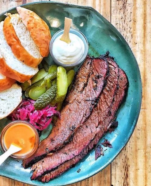 Peito de boi curado: vai com legumes em conserva e pão