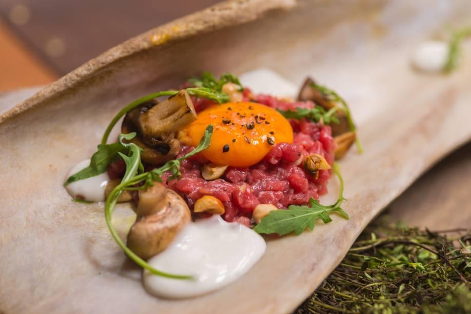 Tartare de paleta: acompanhado de gema de ovo caipira, parmesão, rúcula e cogumelo