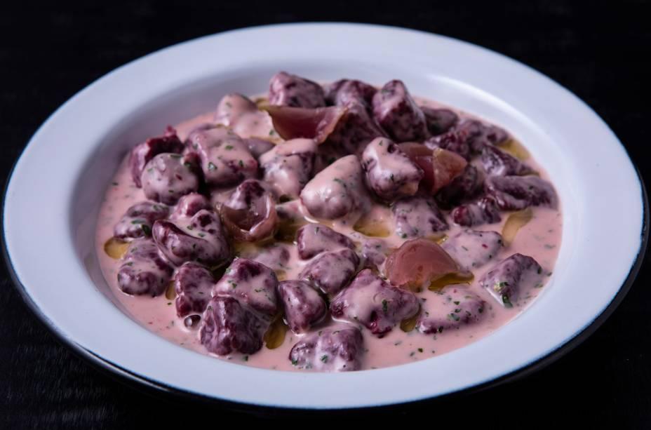 Nhoque de beterraba: com picles do mesmo vegetal, é banhado por creme de parmesão