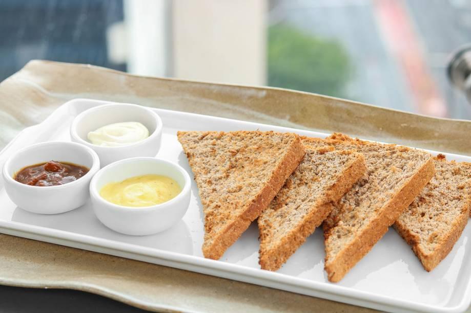 Fatias de pão integral com manteiga com semente de cumaru