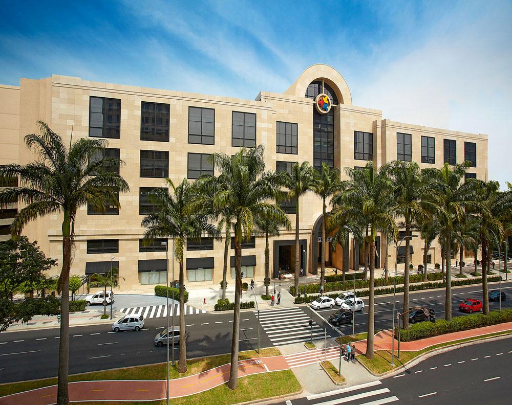 A imagem mostra a fachada do Shopping Iguatemi durante o dia.