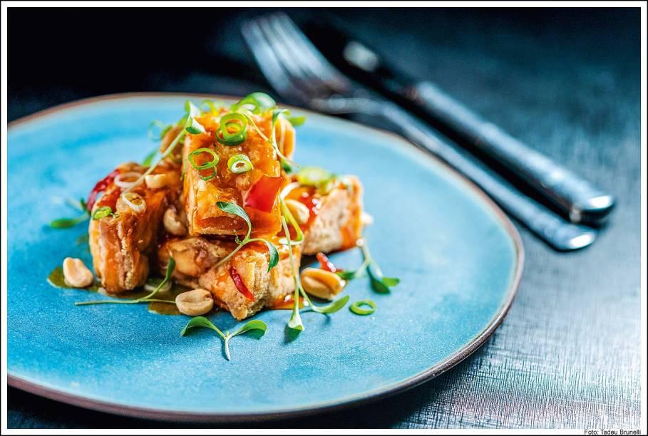 Karaage: porção de cubos de frango fritos melados em molho agridoce, apimentado de leve